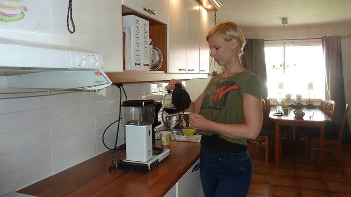 Haaparantalainen Kirsi Lampinen keittiössään.