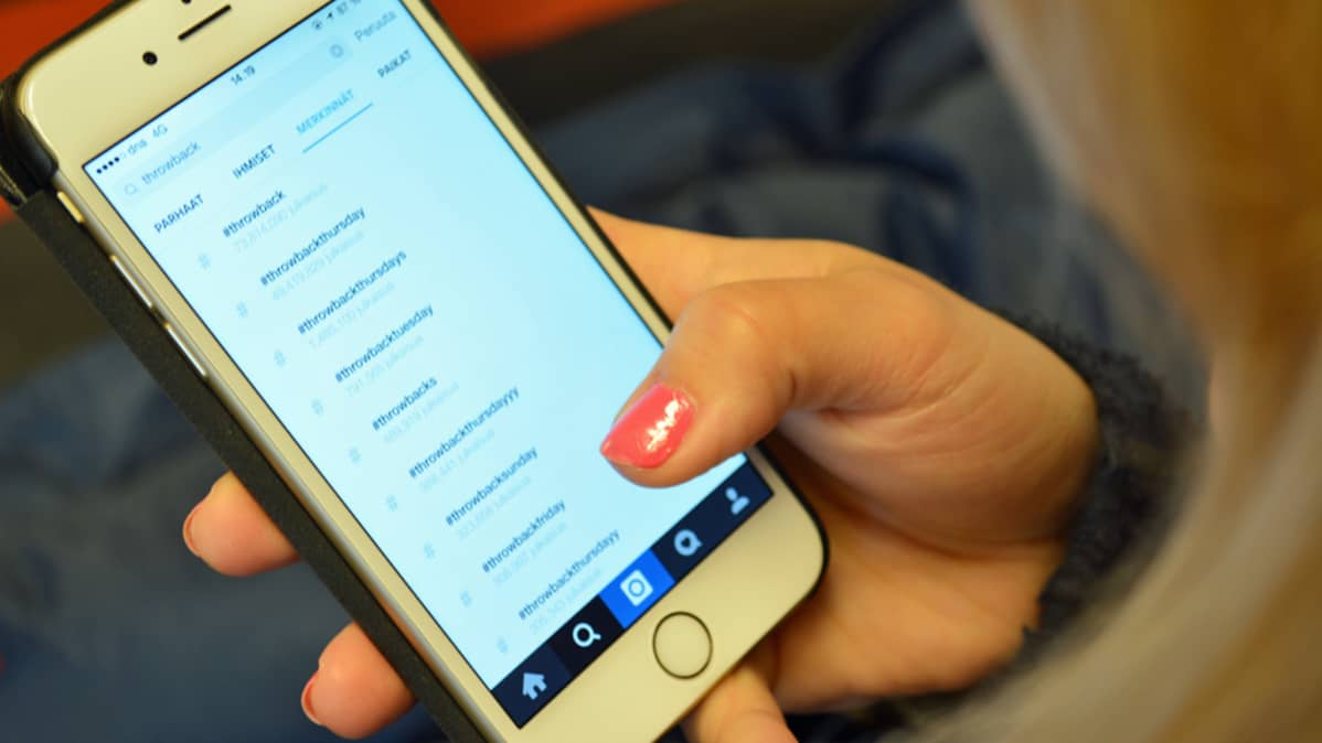 Nainen selaa älypuhelimen sovellusta.