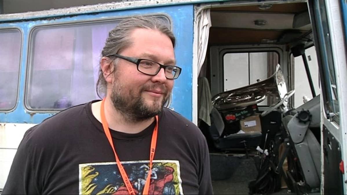 Kansanmuusikko Taito Hoffrén kiertää kertomassa runolauluperinteestä.