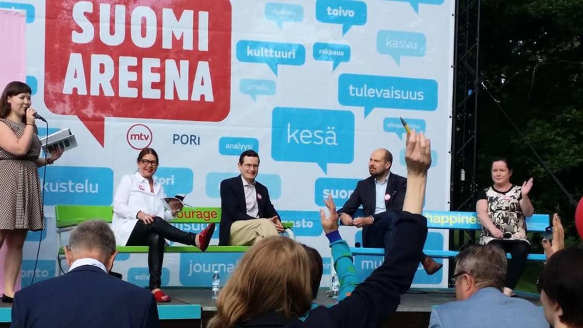 Suomiareenan keskustelussa 15. heinäkuuta vasemmalta lukien Leena Krokfors, Kaius Niemi, Tuomo Puumala ja Mari Tervaniemi.