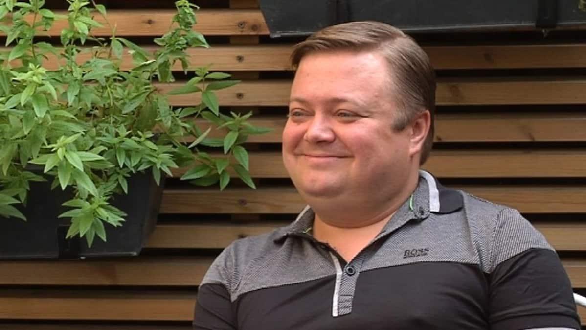 kapellimestari Mikko Franck hymyilee