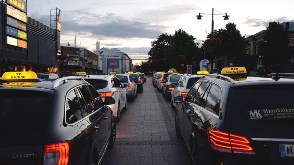 Takseja jonossa kesäyönä Kuopion torilla