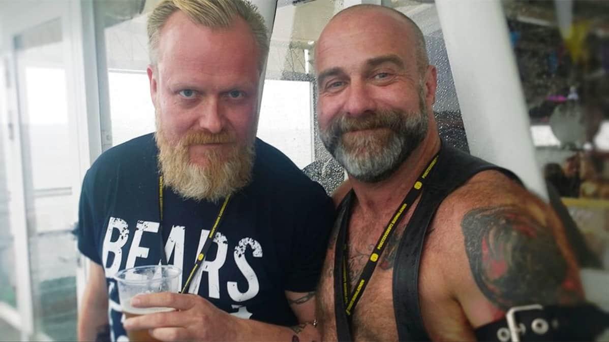 Kaksi parrakasta miestä.