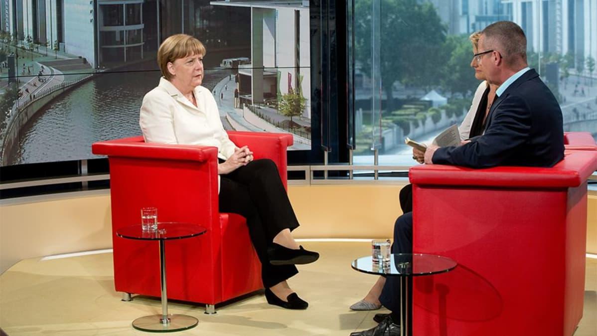 Angela Merkel tv-haastattelussa.