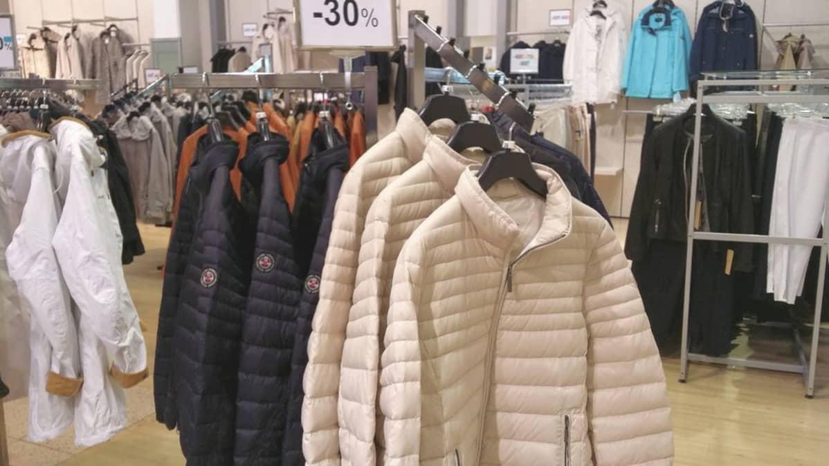 Toppatakit ja muut lämpimät vaatteet ovat käyneet tänä kesänä kaupaksi.