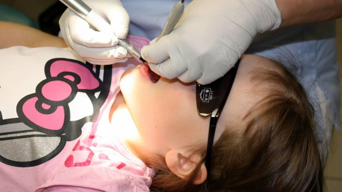 Lapsi hammashoitolassa