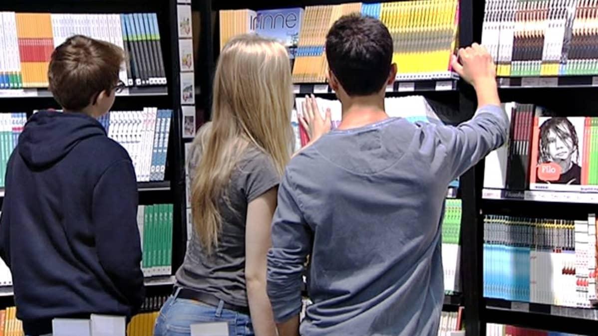 Lukiolaisia kirjakaupassa.