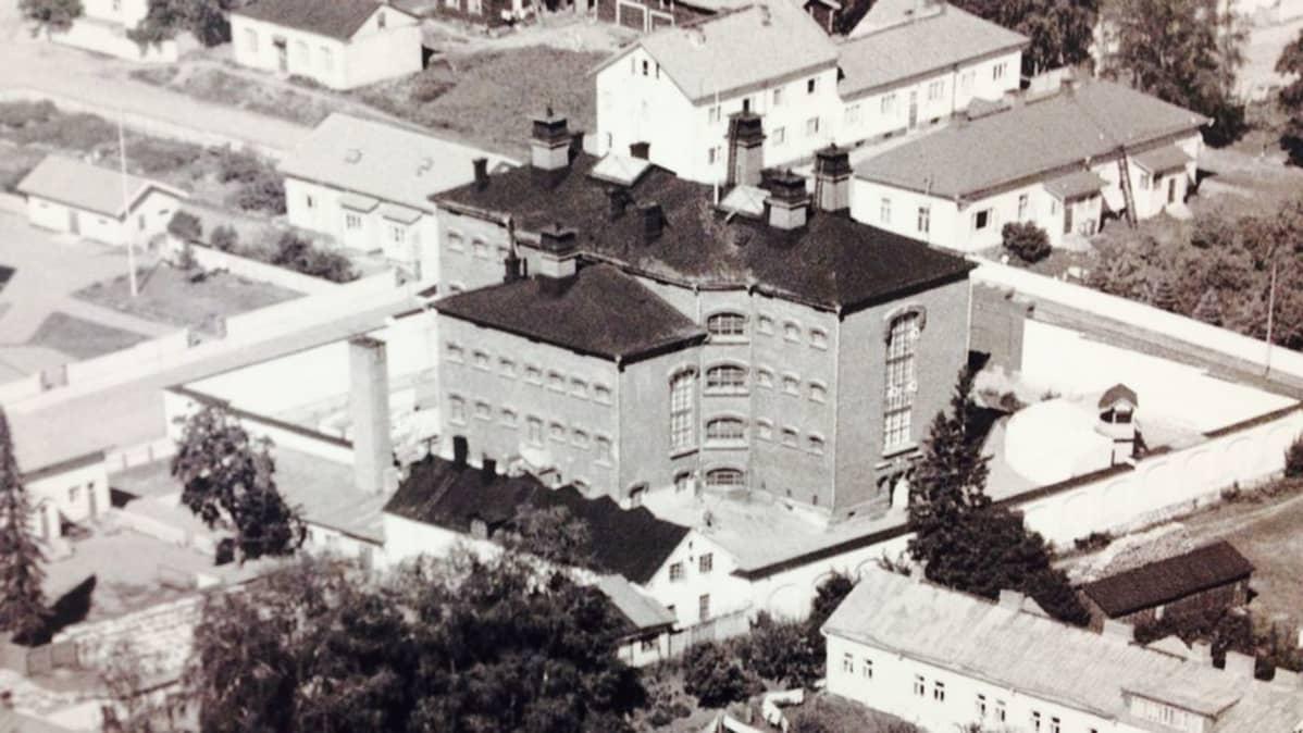 1950-luvulla otetun ilmakuvan etualalla näkyy verstaat, joiden kattojen yli pako tapahtui.