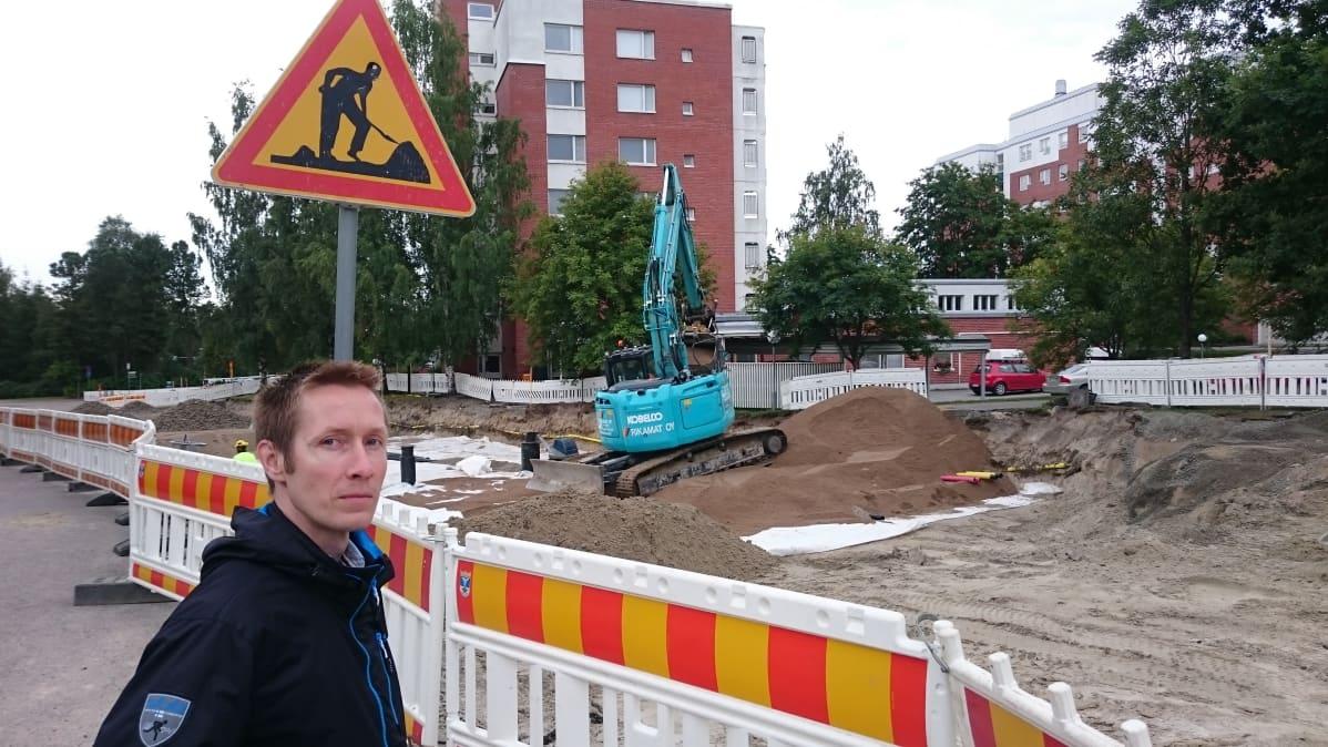Rusokinkadun työmaalla Jyväskylän kaupungin ympäristötarkastaja Petteri Ahonen.