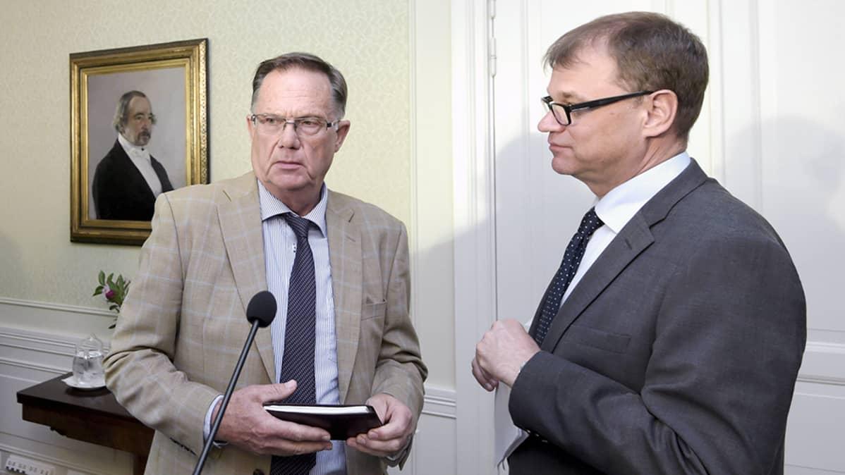 Juhani Salonius ja Juha Sipilä tiedotustilaisuudessa Kesärannasa 3. elokuuta.