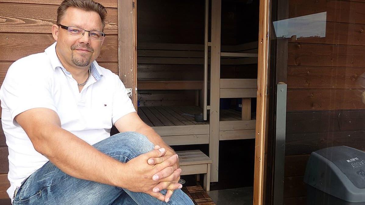 Ari Pokka kelluvalla saunan terassilla