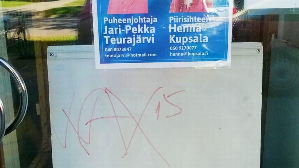 Ikkunatöhry Perussuomalaisten Oulun piiritoimistossa vaikuttaa nopeasti tekaistulta tagilta.