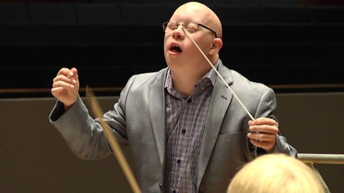Ville Salander eläytyy musiikkiin johtaessaan Sinfonia Lahtea