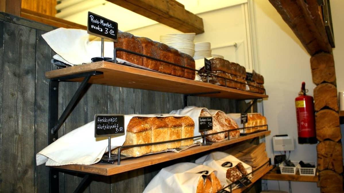 Leipiä leipomon hyllyssä.