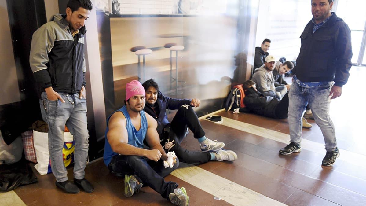 Irakilaismiehet odottavat Haaparantaan lähtevää junaa Tukholman keskusrautatieasemalla.