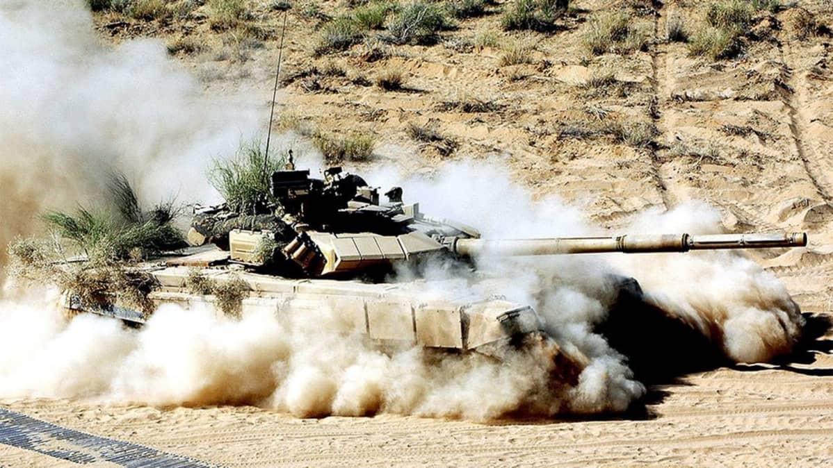 Panssarivaunu hiekkapöllyssä.