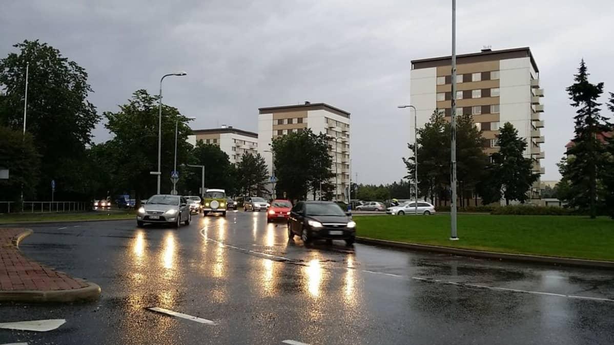 autoja liikenneympyrässä