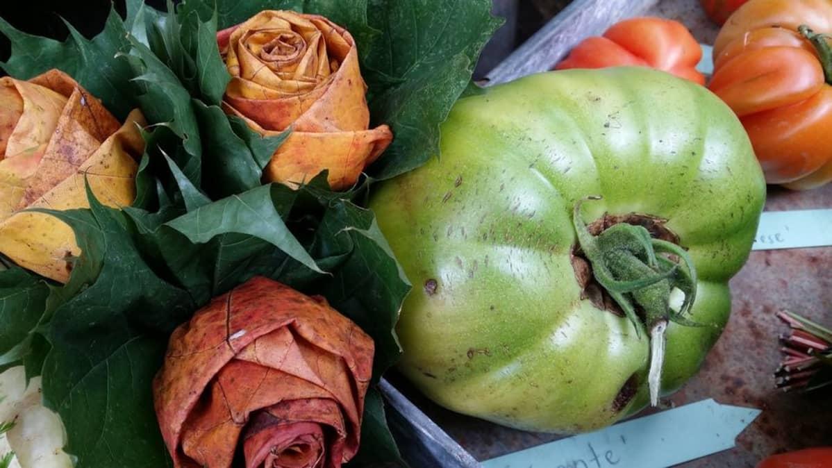 Vaahteranlehdistä tehdyt ruusut ja pihvitomaatti.