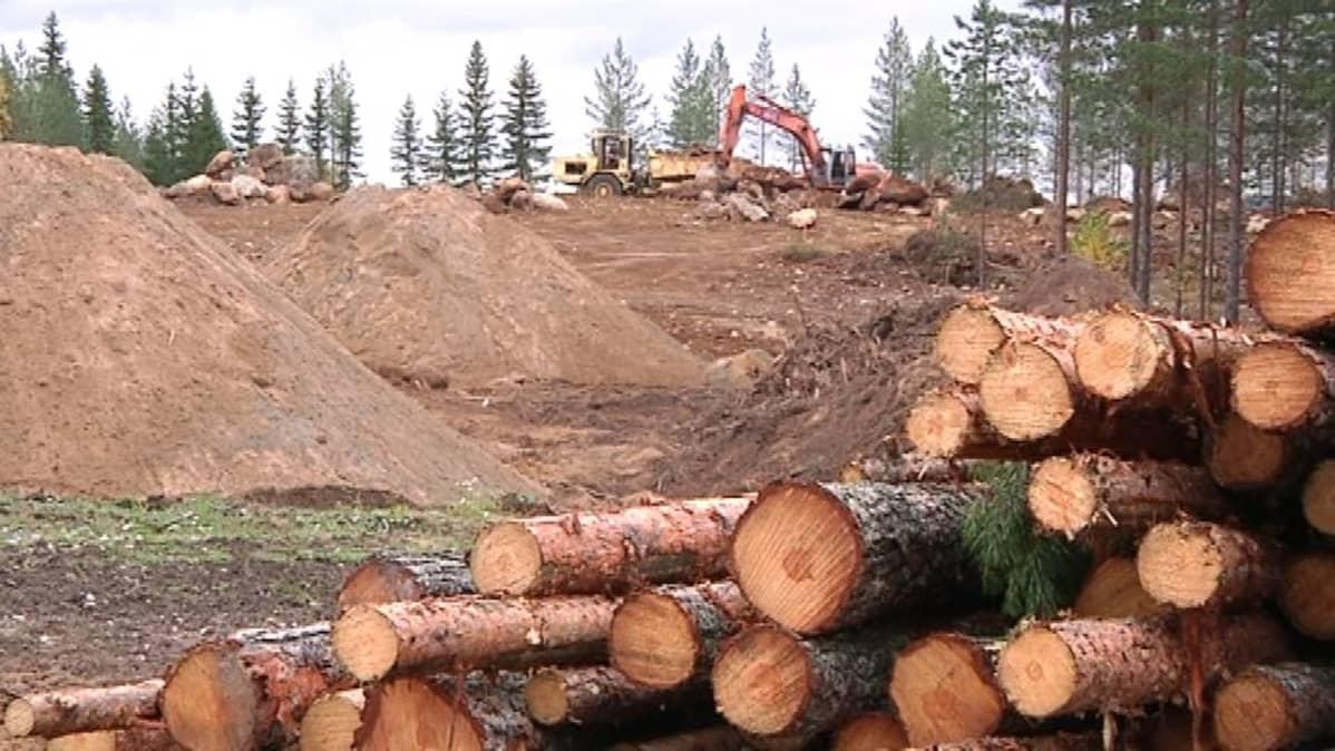 Maansiirtotyöt käynnissä Nurmeksen bioteollisuusalueella.