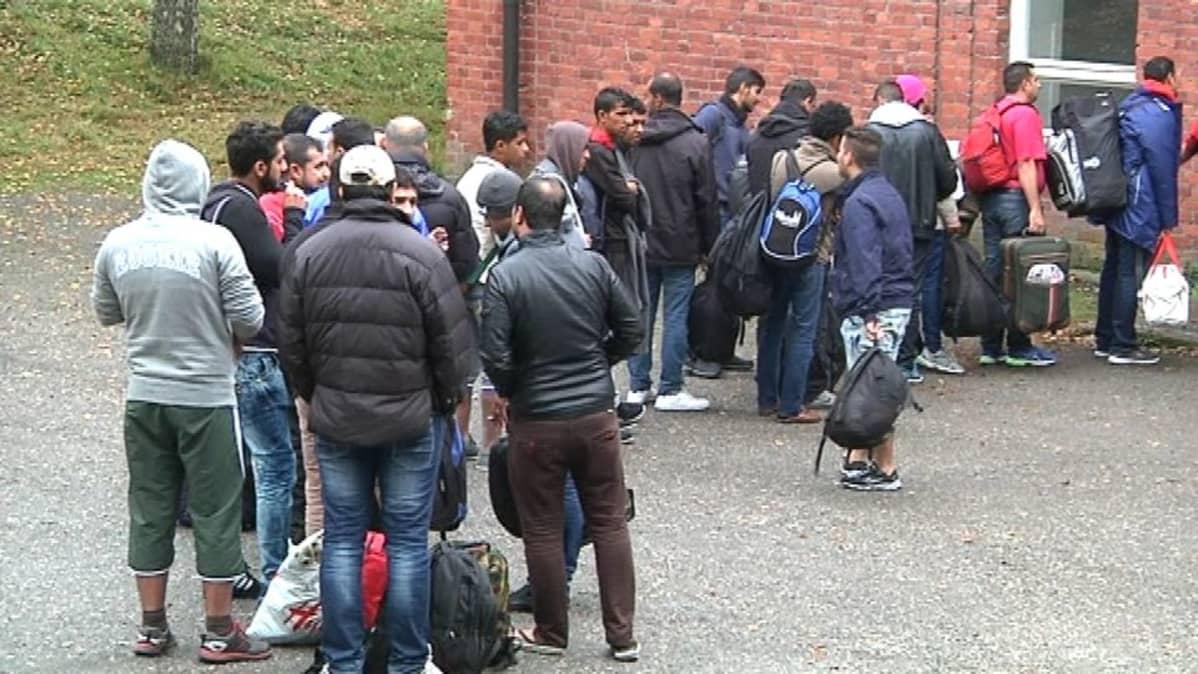Turvapaikanhakijoita Hennalassa.