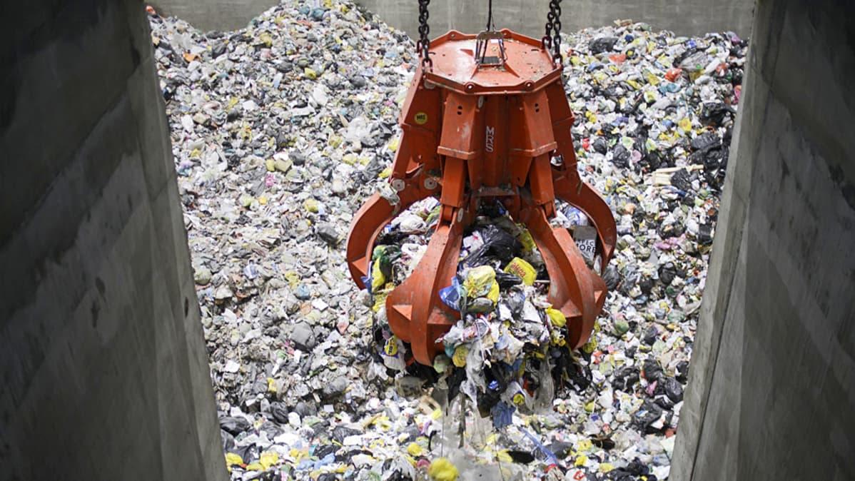 kauha nostaa jätettä kuilusta