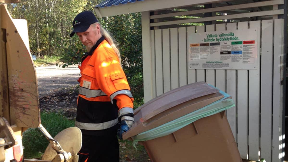 Huurinaisen jätepakkaaja-kuljettajana työskentelevä Lauri Ollanketo.