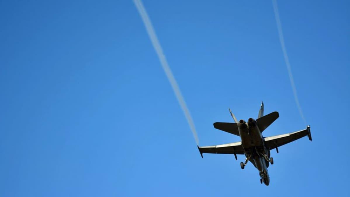 Hävittäjä ilmassa.