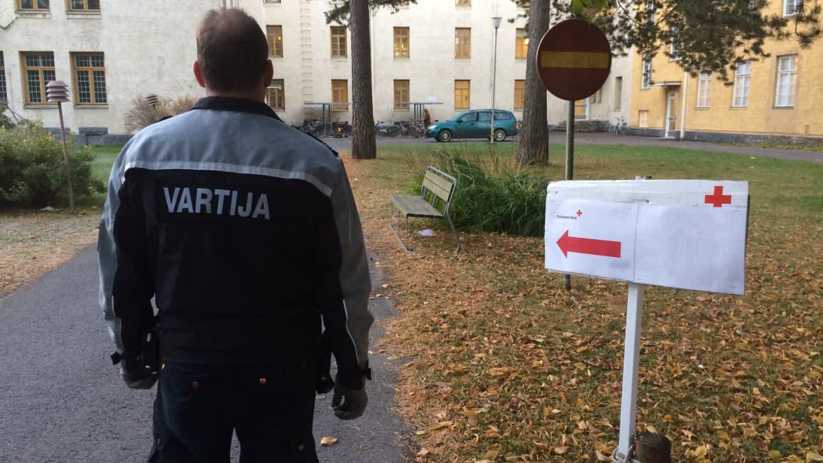 Vartija vastaanottokeskuksen pihassa.