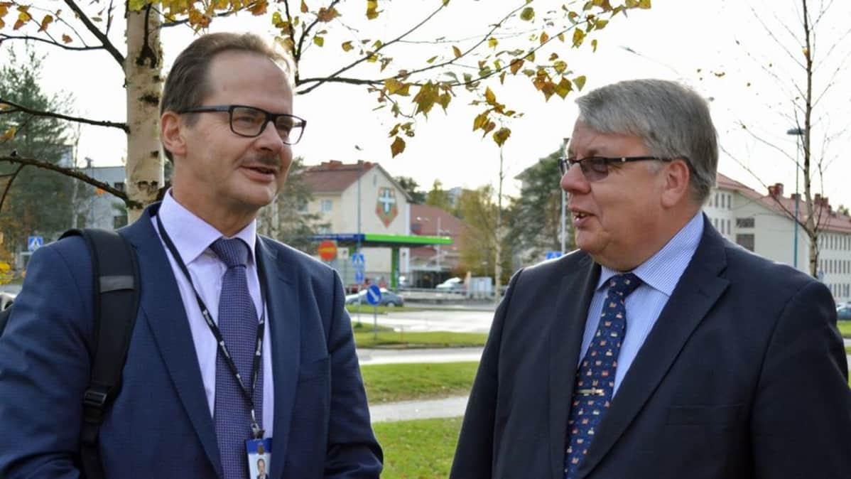Kuvassa Pohjois-Pohjanmaan ELY-keskuksen ylijohtaja Matti Räinä ja Liikenneviraston pääjohtaja Antti Vehviläinen.