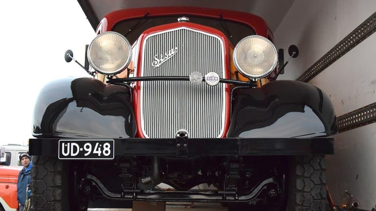 Sisu-kuorma-auto vuosimallia 1935 edestä kuvattuna