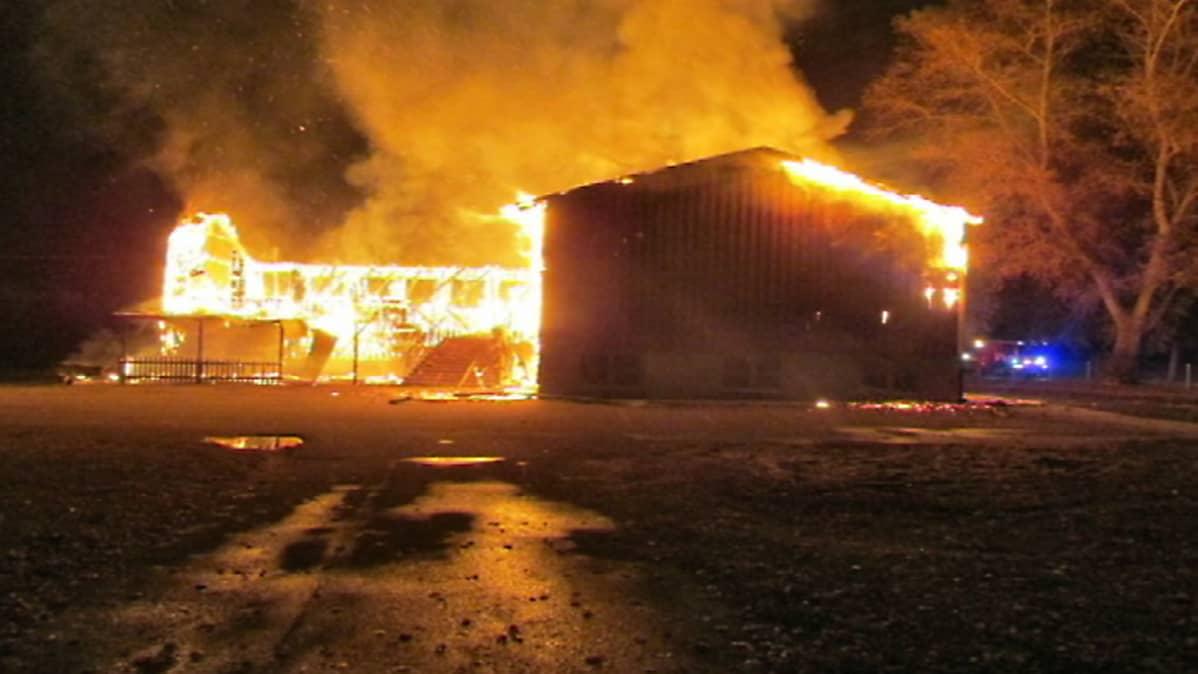 Kuva tulipalosta Ruotsin Ljungbyssa. Paikkaan oli tarkoitus asuttaa pakolaisia.