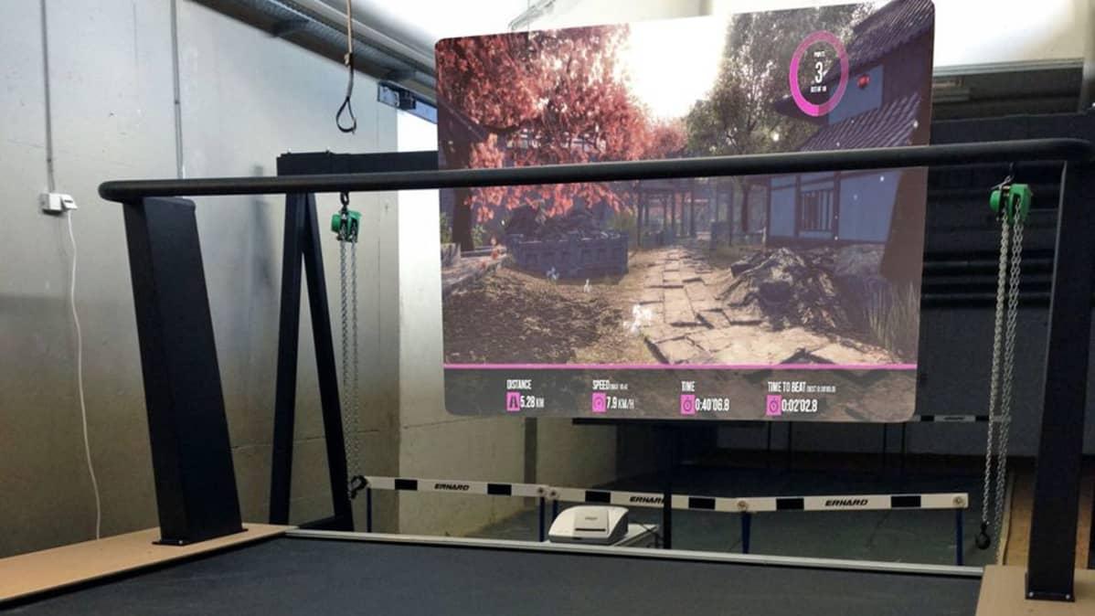 Valkokankaalla on virtuaalinen maailma, jossa kuntoilija voi liikkua.
