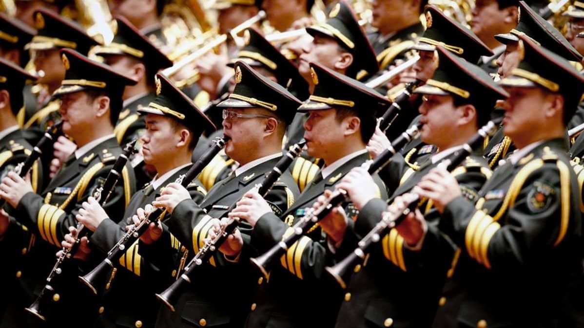 Kiinan armeijan soittokunta esiintyy Pekingissä.