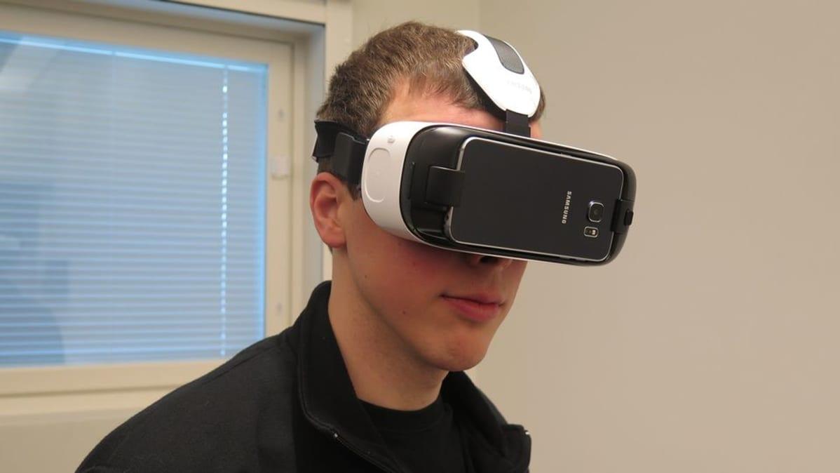 Tutkija Olli Suominen katselee maailmaa virtuaalilasiien läpi TTY:n signaalikäsittelylaitoksella.