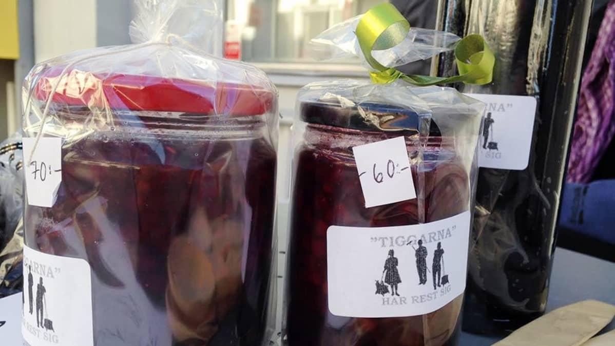 Hillopurkkeja myynnissä.