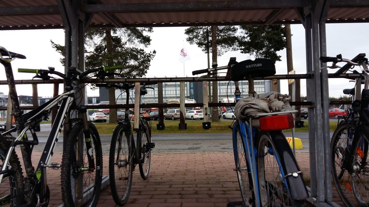 Polkupyöriä pyöräkatoksessa Atrian parkipaikalla Seinäjoella.