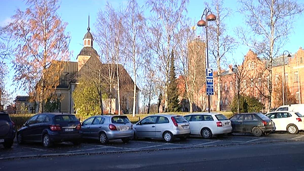 Henkilöautoja parkkiruuduissa Pietarsaaren keskustassa.