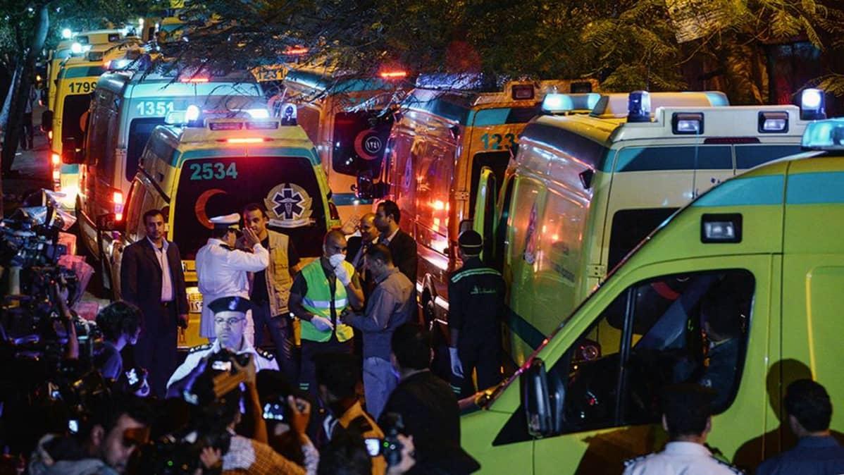 Ambulansseja Zeinhomin ruumishuoneen edustalla Kairossa.