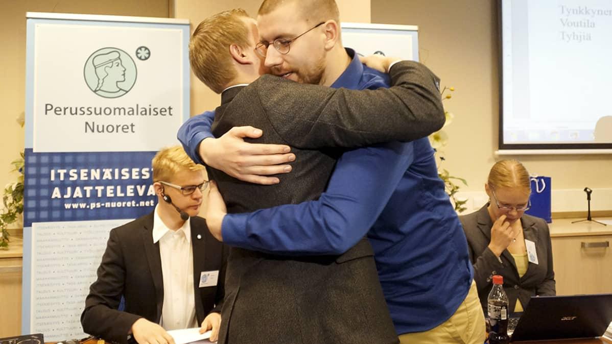 Samuli Voutilainen ja Sebastian Tynkkynen halaavat Seinäjoella.