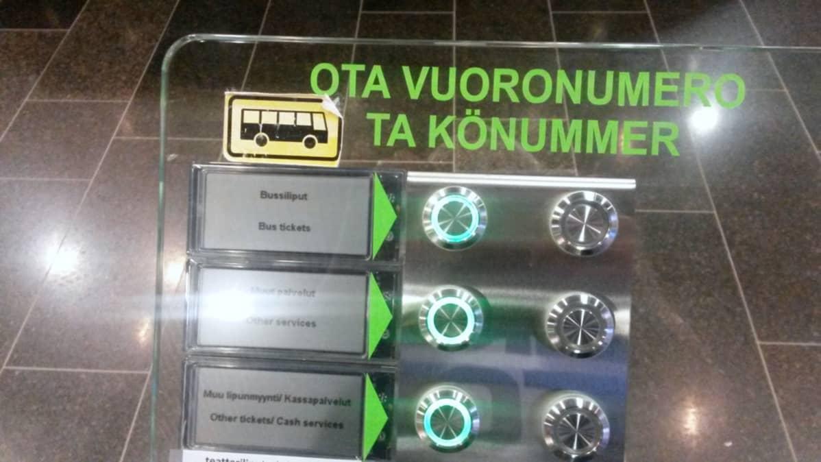 Vuoronumeroautomaatti Oulun kaupungin infopisteessä Oulu 10:ssä.