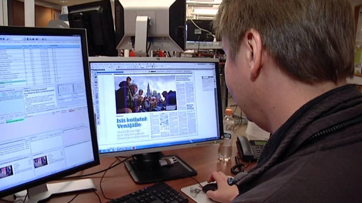 Sanomalehden sivut taitetaan painokuntoon sähköisesti tietokoneella.