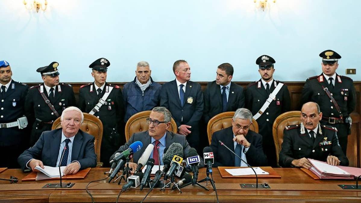 Syyttäjäviranomaiset ja Carabinierin upseerit kertoivat tiedotustilaisuudessa laajoista pidätyksistä.