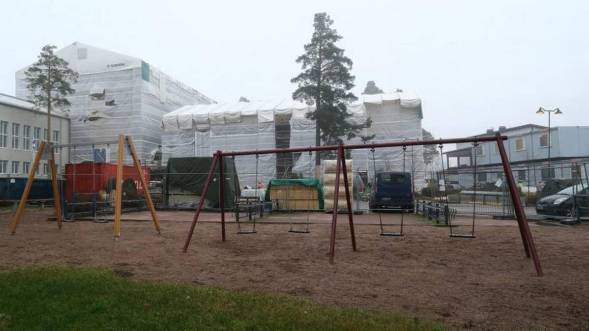 Keinuja Tuomelan koulun pihalla