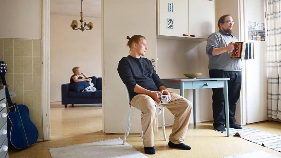 Vasemmalta oikealle Sara Saxholm, Panu Huotari ja Juho Hannikainen.