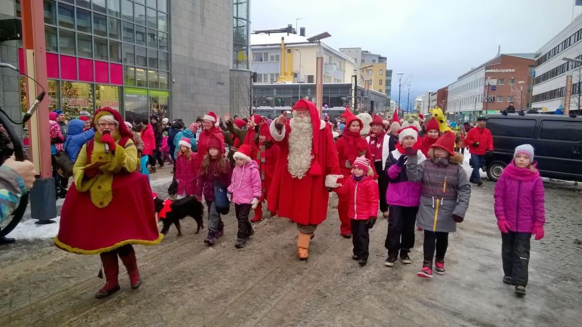 Joulupukki johtaa jouluparaatia Rovaniemen Rovakadulla.