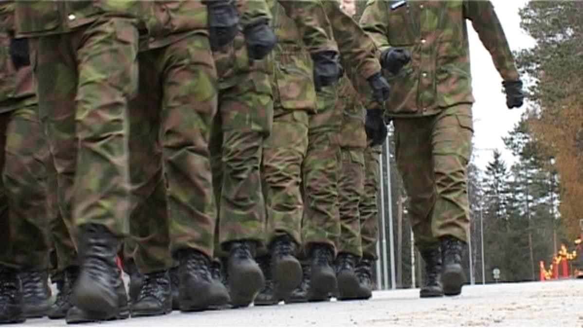 Jyväskylän varuskunnan väkeä marssilla.