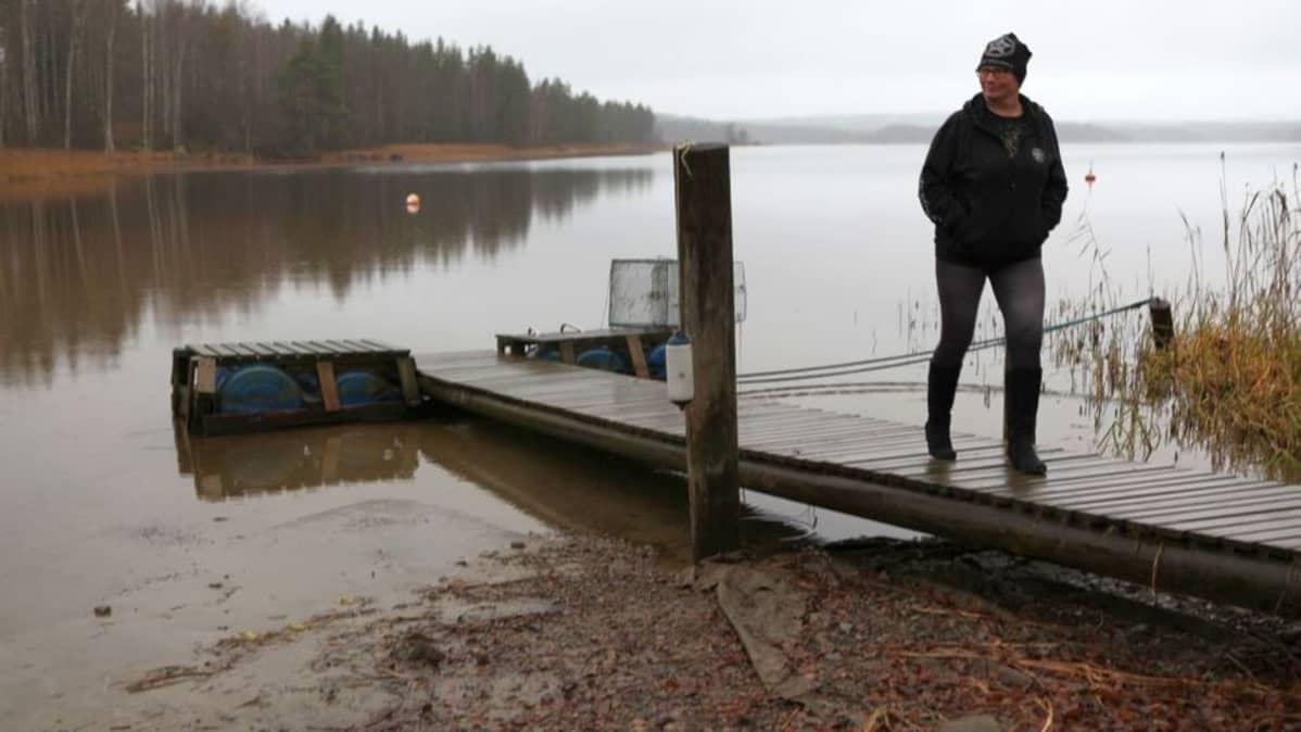 Leena Luostarinen ei voi uida Heilanlahdessa, kun vettä on liian vähän.