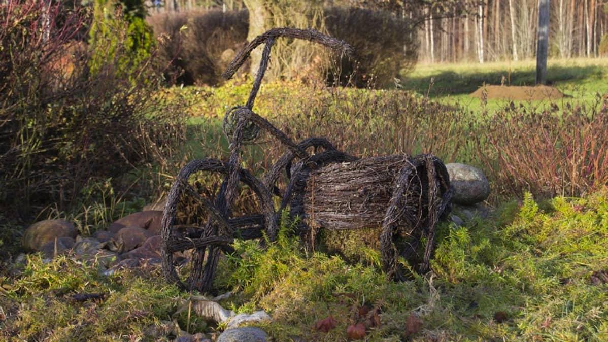 Risuista tehty polkupyörä.
