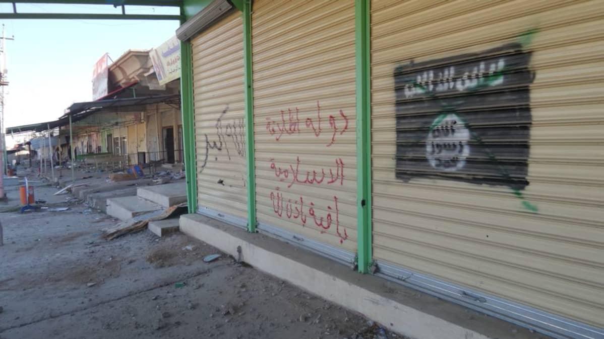 Isisin lipun kuva seinässä
