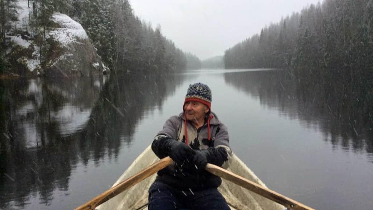 Matti Hölttä soutaa Mankalan koskilla